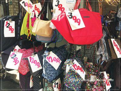 商店街入り口に近い場所には激安カートを販売するバッグ専門店もある
