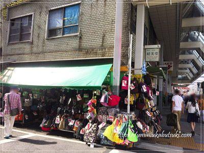 所狭しと安価なバッグが並んでいる店舗