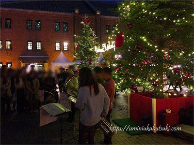 赤レンガ倉庫クリスマスマーケット会場で行われるクリスマスソング演奏会
