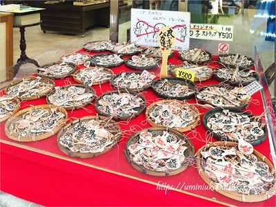 必勝や商売繁盛のご利益をいただける宮島のしゃもじを、小さなストラップにしたお土産品