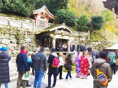 平日でも国内外の観光客で賑わう清水寺