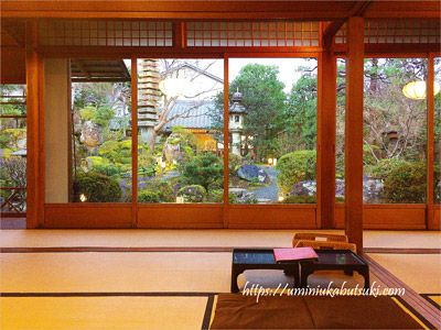 隠れ家を思わせるよーじやカフェ銀閣寺店の奥座敷から見る日本庭園