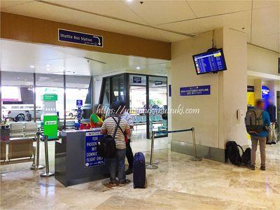 マニラ空港での乗り継ぎに利用する無料シャトルバスの受け付けカウンター