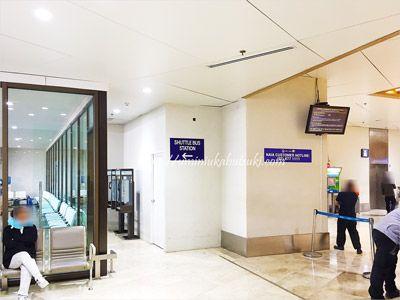 マニラ空港第1ターミナルにある無料シャトルバスの待機コーナー