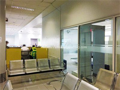 マニラ空港第3ターミナルにある無料シャトルバスの待機コーナー