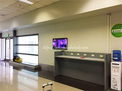 マニラ空港第3ターミナルにある無料シャトルバスの待機コーナーにある充電器と飲料水