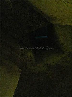 上と大谷石地下採掘場を結ぶ天井の穴