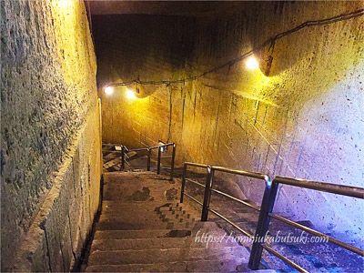 大谷石地下採掘場跡へと降りていく階段