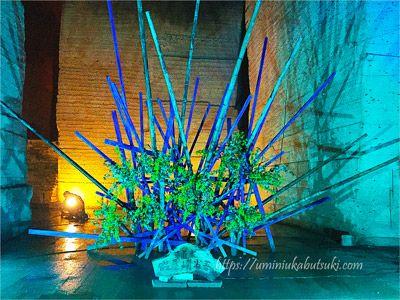 大谷石地下採掘場内の教会近くでは、假屋崎省吾さんの作品が見られる