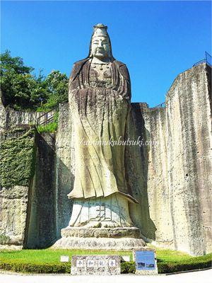 大谷石の採掘場跡に彫刻された高さ27mの平和観音
