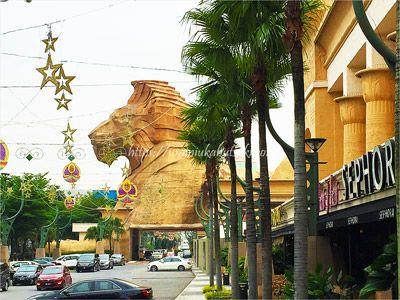 サンウェイクリオホテル(Sunway Clio Hotel)に隣接している、マレーシアで2番目に巨大なサンウェイピラミッドショッピングセンター