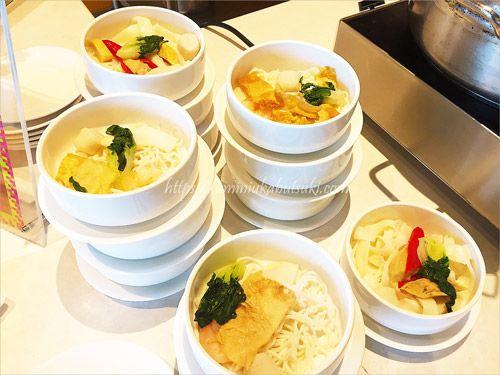 朝食ブッフェにはうどんや素麺も用意されている