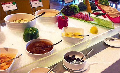 マレーシア料理、インド料理、中華料理、日本食と、さまざまな料理を楽しめる