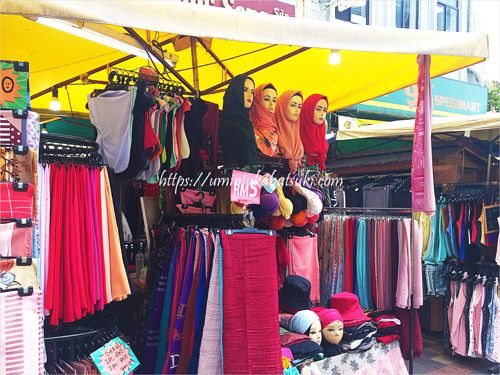地元の人も買い物に来るヒジャブの販売店