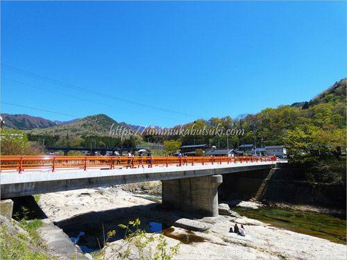 山寺立石寺の麓を流れる5月の河原では、レジャーシートを敷いて寛ぐ観光客もいる