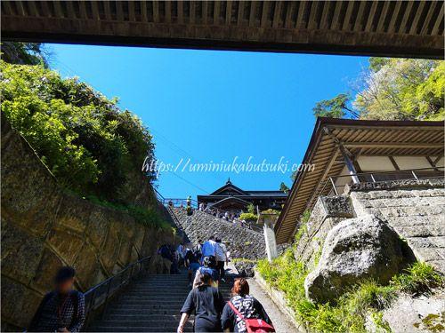 急な階段が続く山寺観光ではパンツスタイルの服装がおすすめ