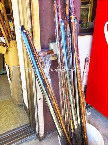 山寺に登頂するときに役立つ無料の杖はほとんどのお土産屋さんにある