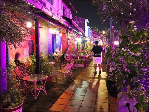 思い思いのスタイルでリバーサイドを楽しむ観光客。 静かな夜を感じられる人気スポット
