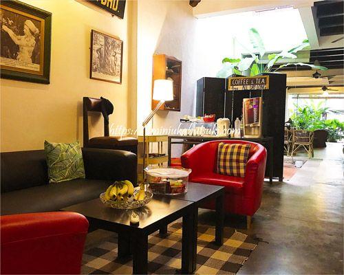 ウェイファーラーゲストハウスのG階にある、フリードリンクを楽しめるソファーコーナー