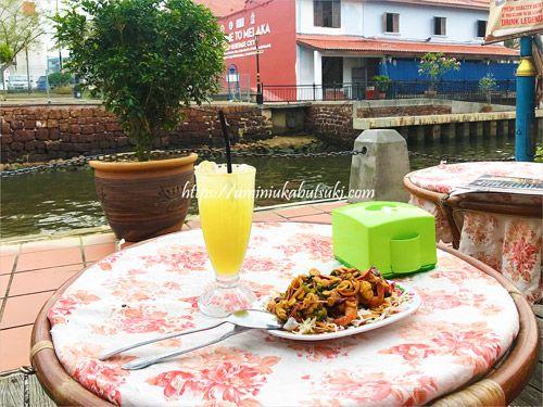 マラッカリバーサイドのカフェで食べたシュリンプサラダとレモンジュース