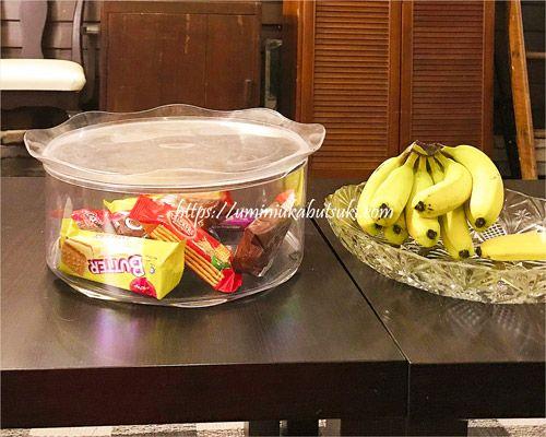 ウェイファーラーゲストハウスのフリードリンクコーナーにあるバナナとお菓子